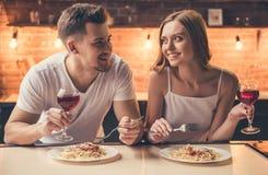 吃的夫妇浪漫晚餐 免版税库存照片