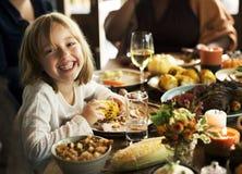 吃的孩子享用食物在感恩党概念 库存图片