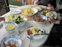 吃的家庭在大理石桌上的午餐 图库摄影
