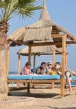 吃的家庭在海滩的午餐 库存图片