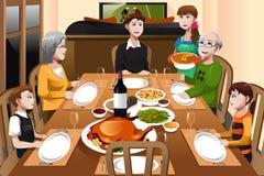 吃的家庭感恩晚餐 免版税库存图片