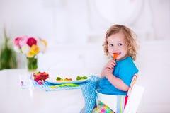 吃的小女孩午餐 免版税库存照片