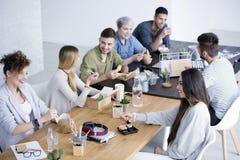 吃的工友午餐 免版税库存图片