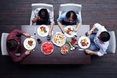 吃的朋友晚餐 免版税图库摄影
