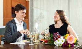 吃的男人和的妇女浪漫晚餐 免版税库存图片
