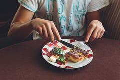 吃的男孩午餐 免版税库存照片