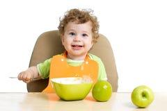 吃的婴孩他自己 免版税库存照片