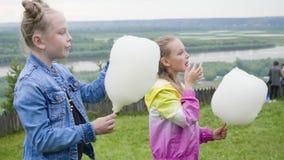 吃着甜棉花走在自然公园的青少年的女孩画象  股票录像