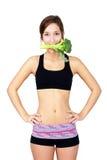 吃硬花甘蓝的健康少妇 免版税库存照片