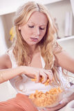 吃筹码的沮丧的妇女 库存照片