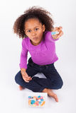 吃糖果的小非洲亚裔女孩 免版税库存图片