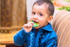 吃糖果的男孩 免版税库存图片