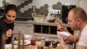 吃系列父亲母亲薄饼的大儿童正餐 妈妈和爸爸接近  股票录像