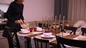 吃系列父亲母亲薄饼的大儿童正餐 妈妈花费沙拉 股票视频