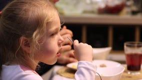 吃系列父亲母亲薄饼的大儿童正餐 少许吃女孩 股票录像
