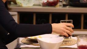吃系列父亲母亲薄饼的大儿童正餐 餐桌,特写镜头 影视素材