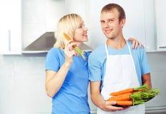 吃红萝卜的夫妇 免版税库存图片