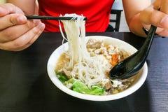 吃细面条猪肉汤面普遍的食物,槟榔岛M的人 库存照片