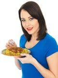 吃羊羔罗根Josh印地安人咖喱的少妇 库存图片