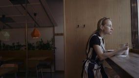 吃美味的面条的白种人妇女在有筷子的一家地方中国餐馆 股票视频