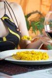 吃肉菜饭西班牙语妇女 库存照片