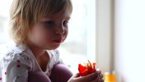 吃胡椒辣椒粉,特写镜头的女孩 影视素材