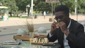 吃膳食的美国黑人的商人在咖啡馆的午餐时间 免版税图库摄影