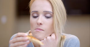 吃自创薄饼的可爱的妇女 股票视频