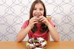 吃自创饼的小女孩 免版税图库摄影