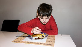 吃自我中心男孩健康营养儿童食物儿子 图库摄影