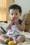 吃苹果的健康男孩 库存照片