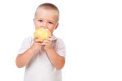 吃苹果的小孩男孩查出在白色 免版税库存图片