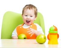 吃苹果的逗人喜爱的子项,查出在白色 图库摄影