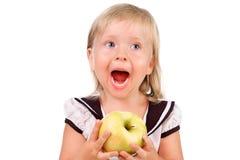 吃苹果的Toodler女孩查出在白色 免版税图库摄影