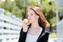 吃苹果计算机的健康孕妇 免版税库存图片