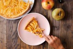 吃苹果馅饼的部分儿童手 免版税库存照片