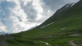 吃草在英王乔治一世至三世时期山的绵羊巨大的群  时间间隔 股票视频