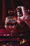 吃草莓、巧克力和mascarpone琐事 免版税库存照片