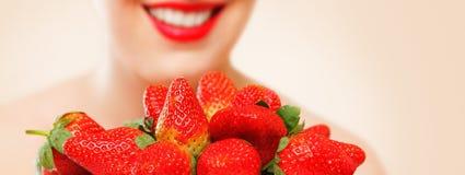 吃草莓妇女 免版税库存图片