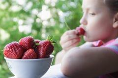吃草莓的女婴 图库摄影
