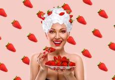吃草莓的妇女 免版税库存照片