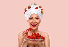 吃草莓的妇女 免版税库存图片