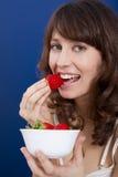 吃草莓 图库摄影