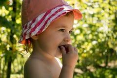 吃莓一个小女孩的画象 免版税图库摄影