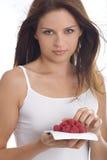 吃莓妇女年轻人 免版税库存图片