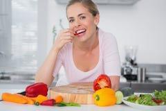 吃菜的可爱的妇女 免版税图库摄影
