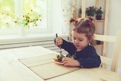 吃菜的愉快的儿童女孩 图库摄影