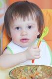吃蔬菜炖肉的婴孩 免版税图库摄影