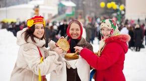 吃薄煎饼的妇女在Maslenitsa期间 免版税图库摄影