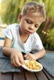 吃薄脆饼干的孩子 库存照片